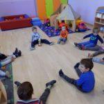 Društvena igra jasličke skupine i usvajanje osnovnih boja