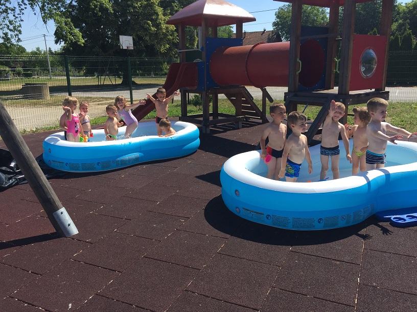 Male zvončice otvorile sezonu kupanja u bazenima!