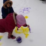Snijeg služi za snjegovića.. a može i kao slikarsko platno za likovne umjetnosti u vrtiću!